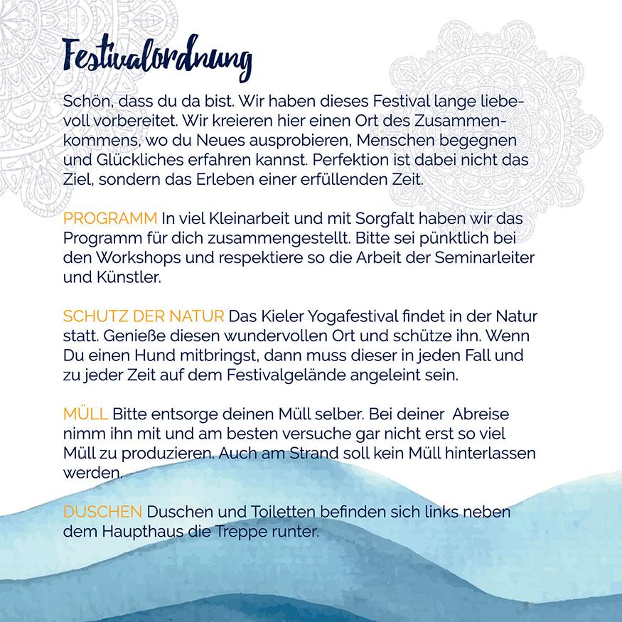 Die Doppelseite aus dem Programmheft zum 1. Kieler Yogafestival 2018 zeigt blaue Aquarell-Wellen, Mandalas und Richtlinien für die Festivalgäste.